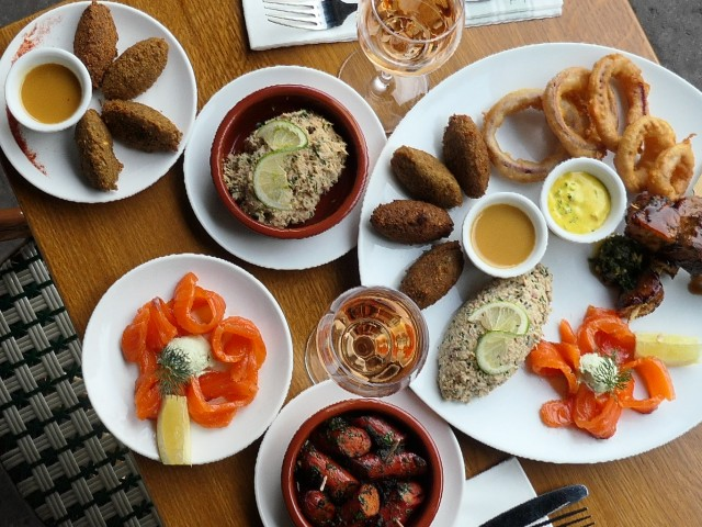 Loui's Corner Assortiment de tapas : Falafel, Caviar d'Aubergines, Saumon mariné, Brochettes de Poulet, Onion Rings