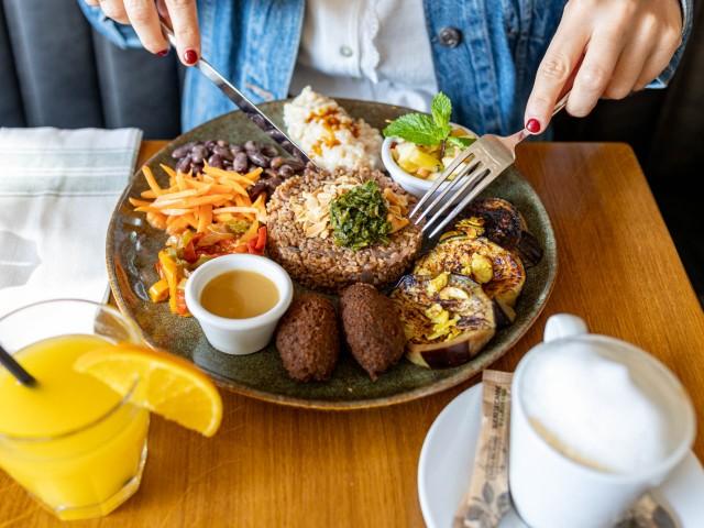 Loui's Corner Brunch Vegan - Grande assiette composée